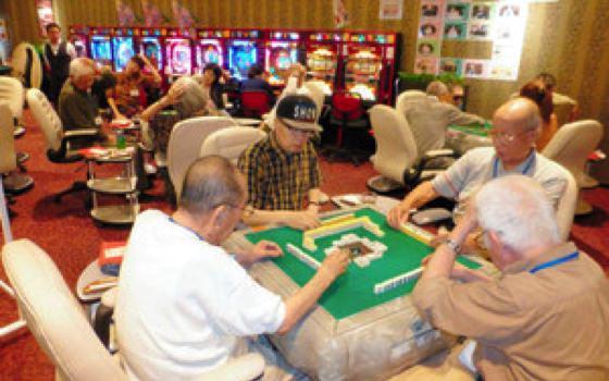 この賭博場丸出しの空間にメス。