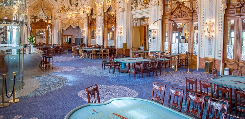 すぐさま高級カジノに早変わり。