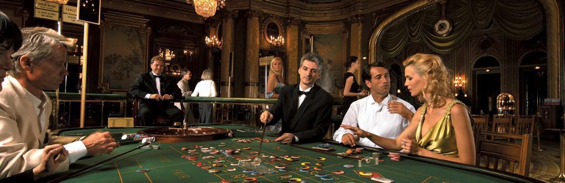 夜は、カジノや社交場として大人の空間に。