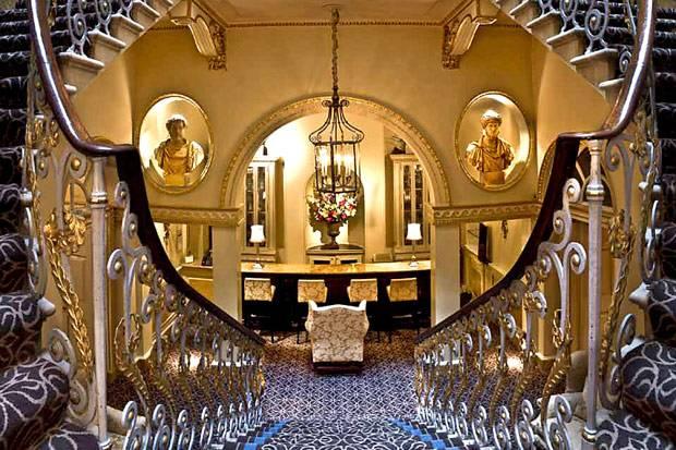 内装はバロック様式の装飾で美しい